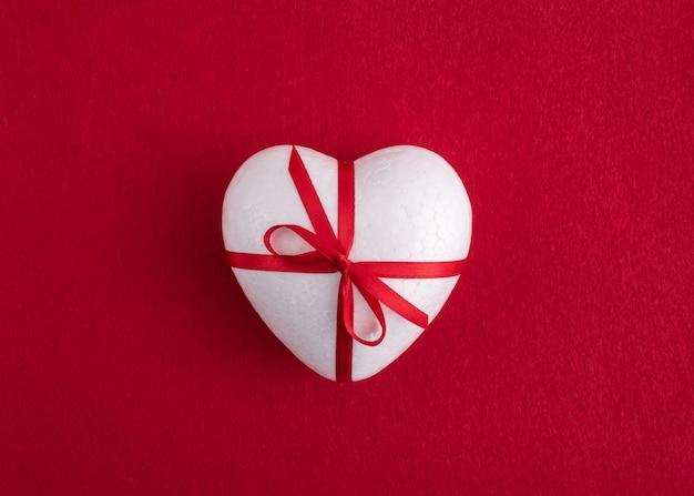 Un coeur sur fond rouge. Photo Premium