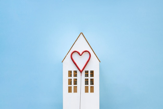 Coeur mignon sur la maison de jouet Photo gratuit