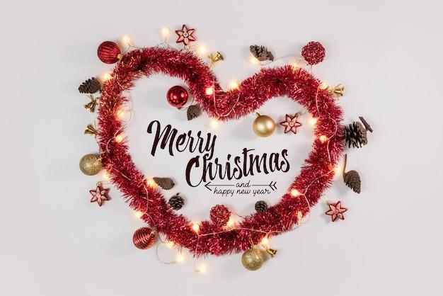 Coeur De Noël Et Ornements Sur Surface Blanche Photo Premium