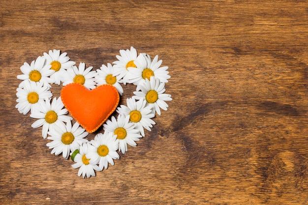 Cœur ornemental de fleurs blanches et orange Photo gratuit