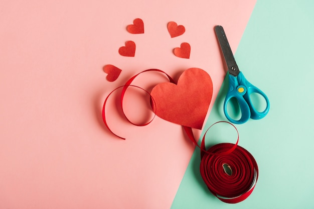 Coeur de papier rouge avec des ciseaux Photo gratuit
