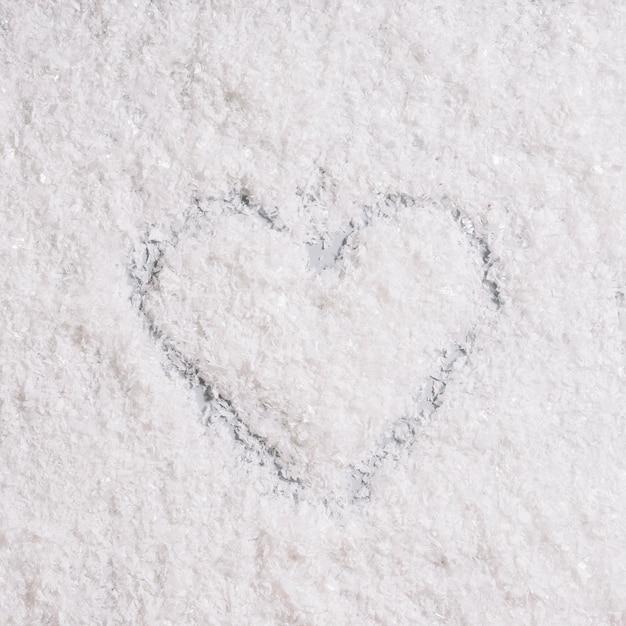 Coeur peint sur neige Photo gratuit