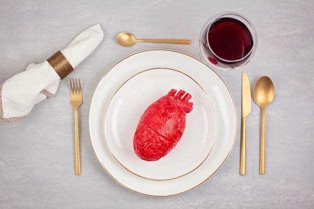 Coeur réaliste sur la table à manger dans l'assiette Photo Premium