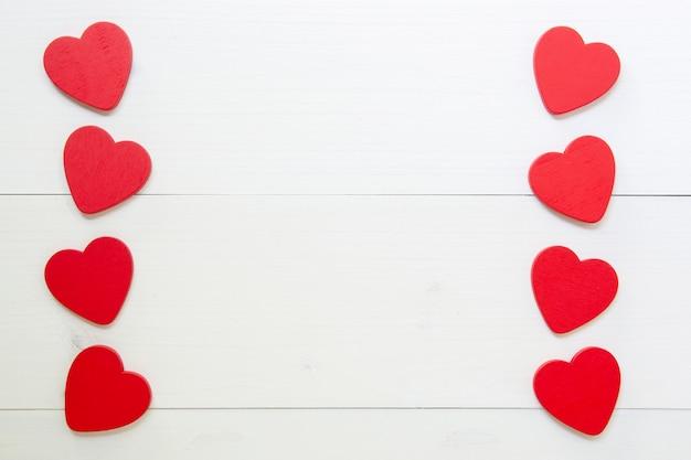 Coeur rouge avec amour sur fond en bois Photo Premium