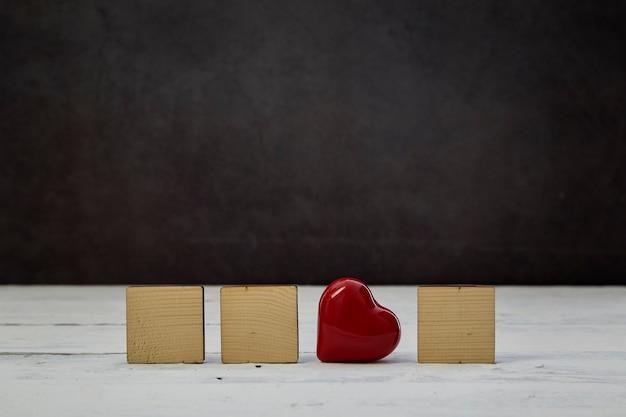 Coeur Rouge Avec Bloc De Bois Vide Sur Table En Bois Blanc Photo Premium