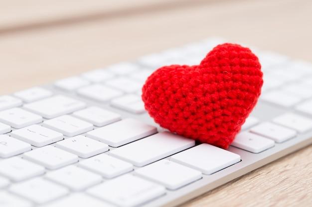 Coeur rouge sur le clavier Photo Premium