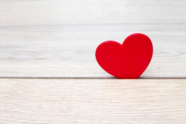 Coeur rouge en fente de bois Photo gratuit