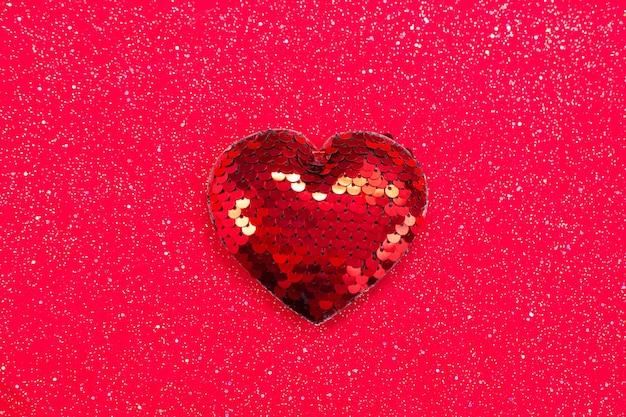 Coeur Rouge Avec Des Paillettes Sur Tissu Rouge. Photo Premium