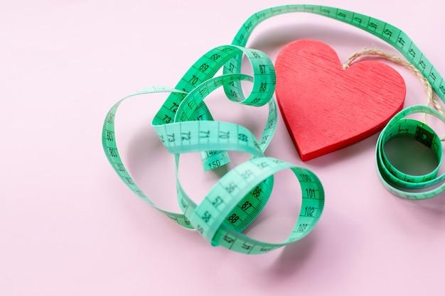 Coeur rouge et robinet à mesurer Photo Premium