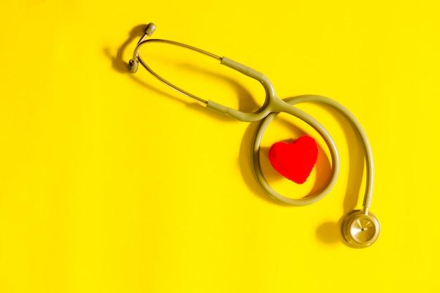Coeur rouge avec stéthoscope, santé cardiaque, concept d'assurance maladie Photo Premium