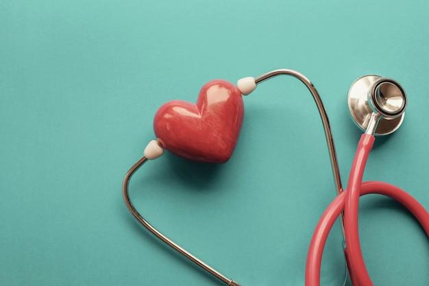 Coeur rouge avec stéthoscope Photo Premium