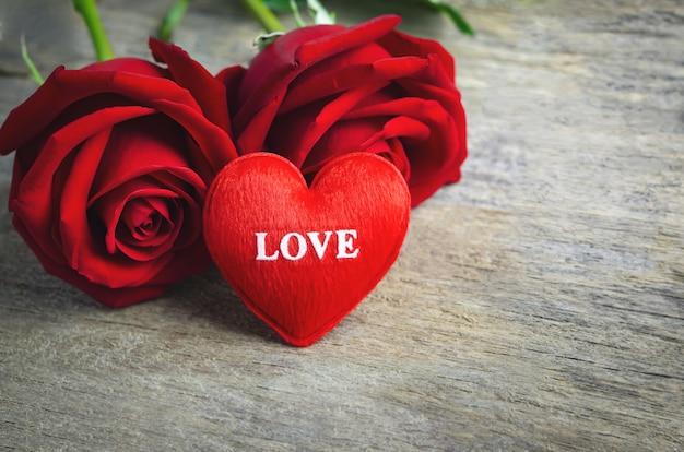 Coeur Rouge Avec Texte D'amour Et Fleurs Rose Rouge Sur Une Surface En Bois Photo Premium