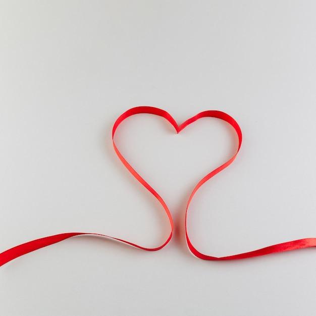 Coeur en ruban de satin rouge Photo gratuit