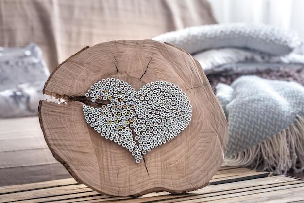 Coeur Sur Une Table En Bois à L'intérieur De La Salle Photo Premium
