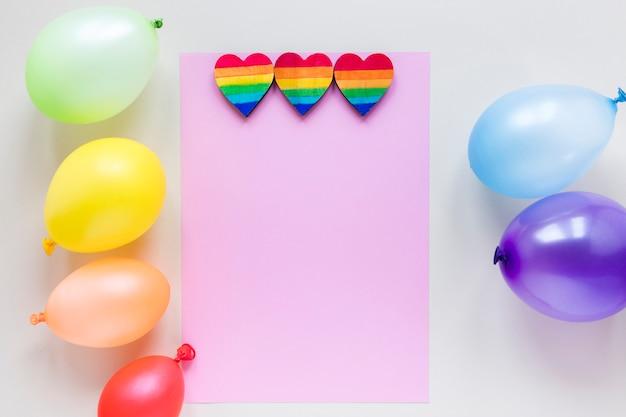 Coeurs Arc-en-ciel Avec Ballons En Papier Et à Air Photo gratuit