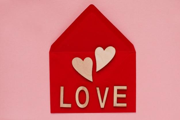 Coeurs Et Mot Amour Sur Fond Rouge Photo Premium