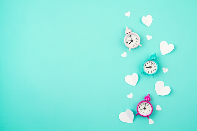 Coeurs De Papier Blanc, Réveils Et Nuages Sur Le Fond Turquoise. Sainte Valentin, Fête Des Mères, Cartes De Voeux D'anniversaire, Invitation, Concept De Célébration Photo Premium