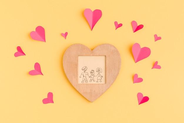 Coeurs en papier et cadre avec peinture Photo gratuit