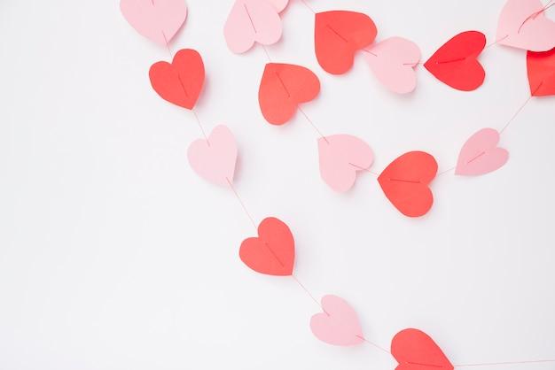Coeurs de papier décoratifs sur les fils Photo gratuit