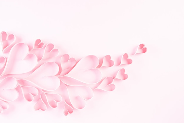 Coeurs De Papier Rose Sur Fond De Papier Rose, Concept De L'amour Et De La Saint-valentin. Photo Premium