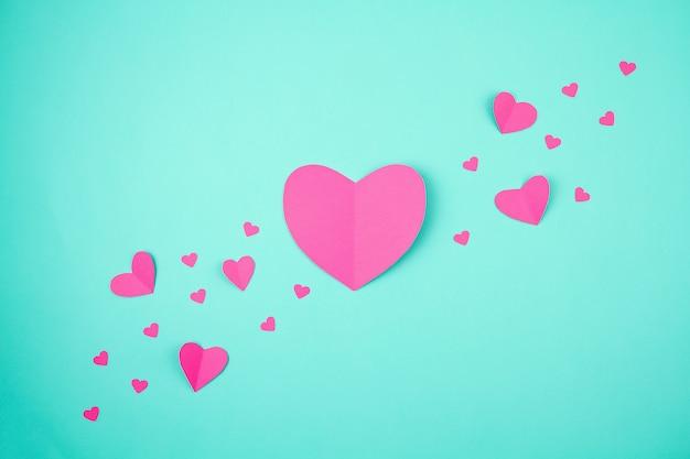 Coeurs En Papier Rose Sur Le Fond Turquoise. Sainte Valentin, Fête Des Mères, Cartes De Voeux D'anniversaire, Invitation, Concept De Célébration Photo Premium