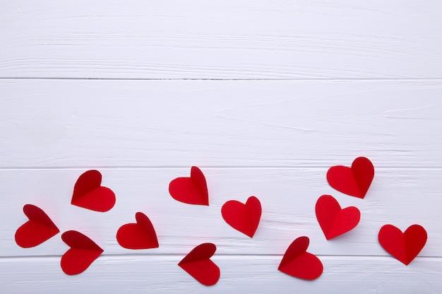 Coeurs de papier rouge sur fond blanc. Photo Premium