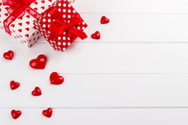 Coeurs rouges et coffrets cadeaux Photo Premium
