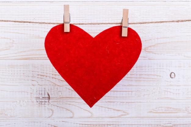 Coeurs Rouges Sur Une Corde Avec Des Pinces à Linge, Sur Un Fond En Bois Blanc. Place Pour Le Texte, Espace De Copie. Photo Premium