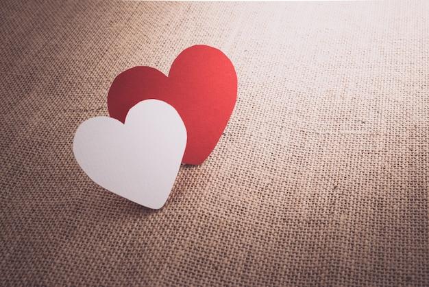 Coeurs rouges sur la surface du sac en tissu Photo Premium