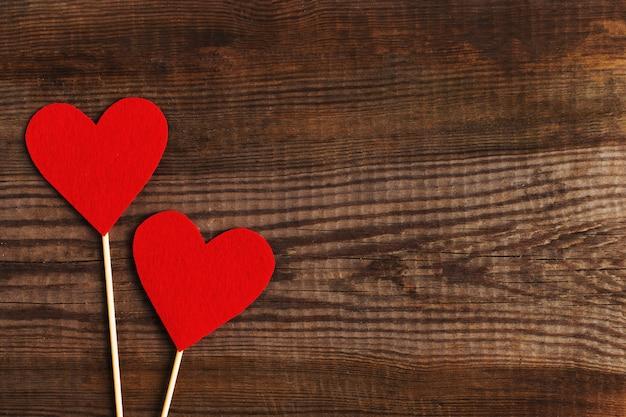 Coeurs rouges sur une table en bois. Photo Premium