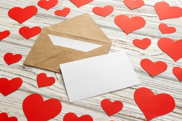 Les Coeurs S'envolent De L'enveloppe. Lettre D'amour. Fond Saint Valentin Sur Fond En Bois Photo Premium