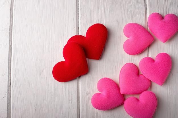 Coeurs De Saint Valentin Sur Un Bois Blanc. Concept De La Saint-valentin Photo Premium