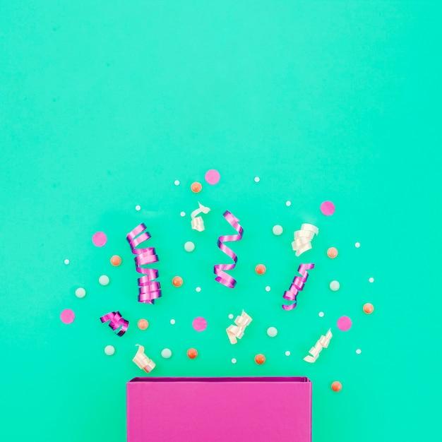 Coffret anniversaire avec confettis Photo gratuit