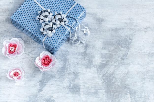 Coffret Bleu Sur Bois Clair. Saint-valentin, Vacances Et Cadeaux. Photo gratuit