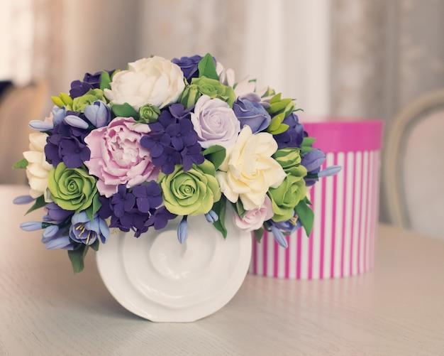 Coffret bouquet et cadeau de fleur de rose sur table en bois Photo Premium