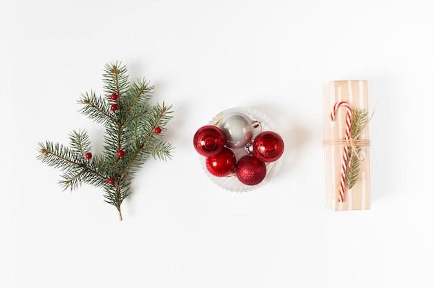 Coffret cadeau avec branche de sapin et boules Photo gratuit