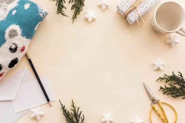 Coffret cadeau avec branches vertes sur table Photo gratuit