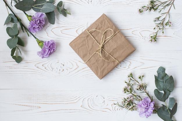 Coffret Cadeau Ou Cadeau Emballé Dans Du Papier Kraft Photo Premium