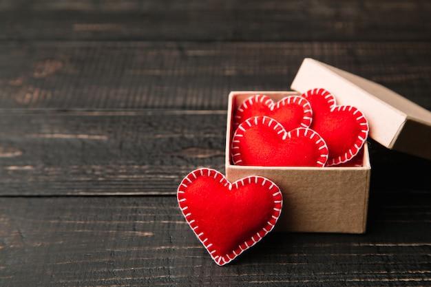 Coffret cadeau avec cœur en feutre rouge pour la saint-valentin Photo Premium