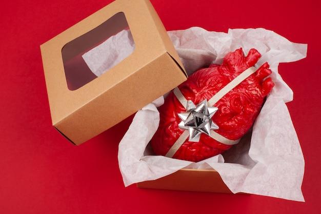 Coffret cadeau avec le coeur réaliste à l'intérieur Photo Premium