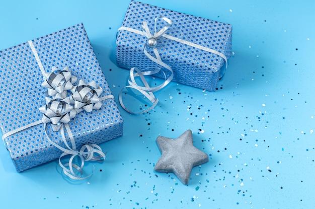 Coffret Cadeau Emballé Dans Du Papier Bleu Sur Bleu. Saint-valentin, Vacances Et Cadeaux. Photo gratuit