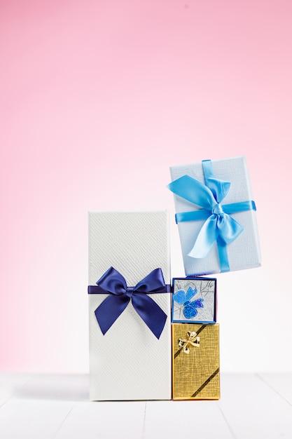 Coffret Cadeau Emballé Dans Du Papier Recyclé Avec Noeud De Ruban Photo gratuit