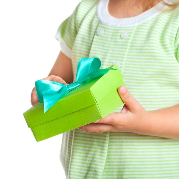 Coffret cadeau entre les mains de l'enfant Photo Premium