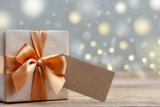 Coffret cadeau enveloppé avec du papier kraft et un arc. concept de vacances. Photo Premium