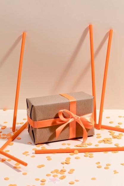 Coffret Cadeau Enveloppé Sur Table Photo gratuit