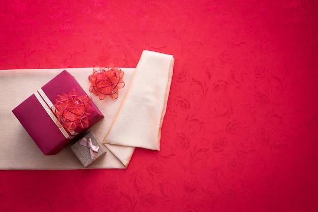 Coffret cadeau avec espace de copie de texte sur fond de texture rouge Photo Premium