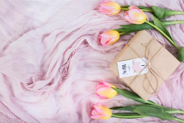 Coffret cadeau fête des mères avec tulipes Photo gratuit