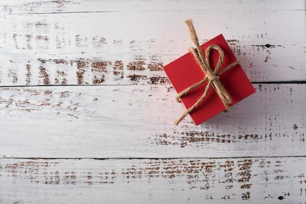 Coffret cadeau sur fond de bois, concept de saint valentin Photo gratuit