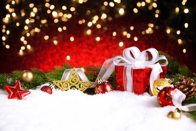 Coffret Cadeau De Noël Et Décoration Sur La Neige Avec Des Lumières Bokeh Photo Premium