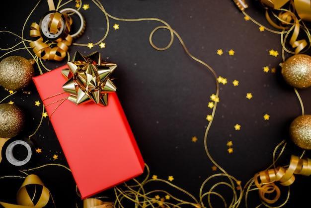 Coffret Cadeau Avec Noeud Doré Sur Fond Noir Avec Décoration Et Paillettes Photo Premium